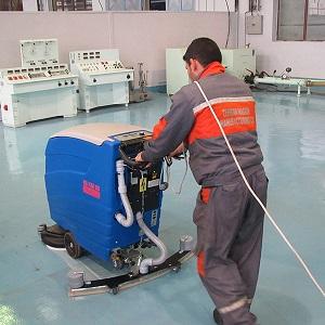 استفاده از مواد شوینده صنعتی همراه با دستگاه اسکرابر