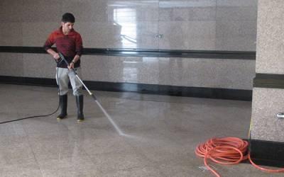 نظافت و شستشوی حیاط با واترجت صنعتی در محیط بیرونی خانه