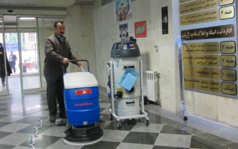 نظافت اداره با تجهیزات نظافتی